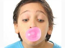 كيف تزيل العلكة من شعر طفلك دون أن تُفسده