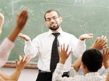 قـم للمعلم وفـه التبجيلا ... كـاد المعلم ان يكون رسولا