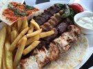 غداء لبناني شهي في مطعم البستان