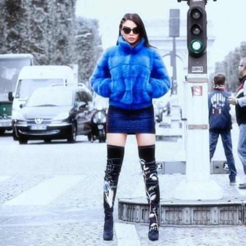 هيفاء وهبي تعانق البرد في شوارع باريس