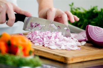 كيف تقطع البصل من دون دموع