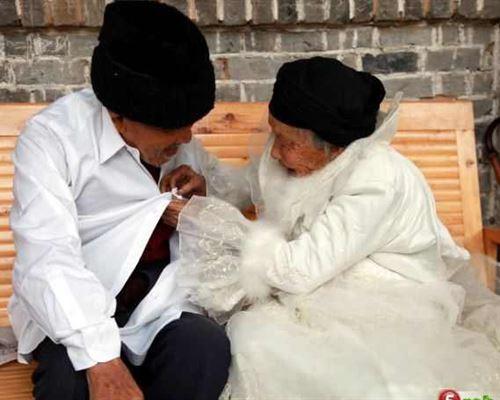 معمران يلتقطان صور زفافهما بعد مرور 88 عاما على عقد قرانهما