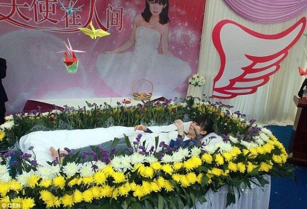 بالصور..صينية تقيم بروفة لجنازتها حتى تختبر كيف سيكون الشعور بالموت