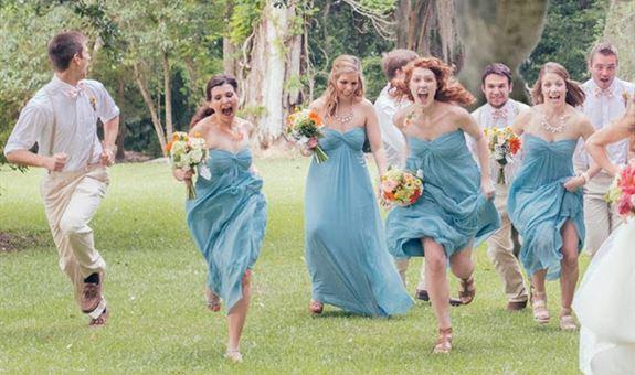 """""""دايناصور"""" يلاحق عروسين يوم زفافهما"""