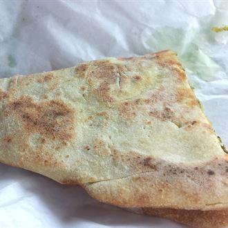 الذ منقوشة جبنة من فرن الريف اللبناني