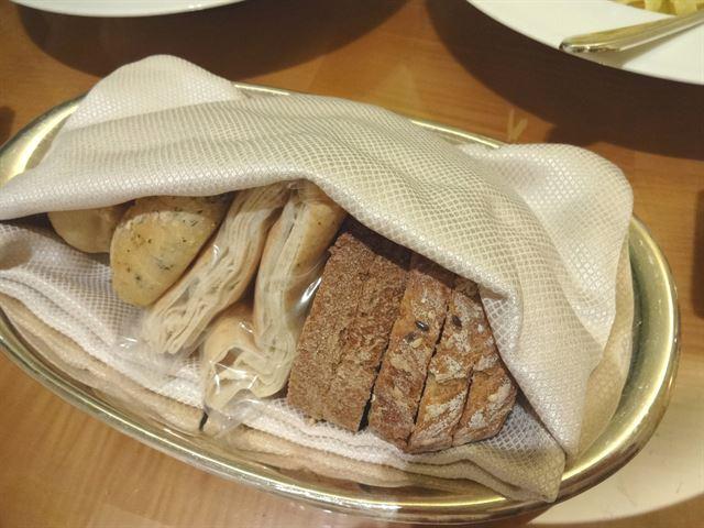 عشاء من قائمة خدمة الغرف في فندق المارينا