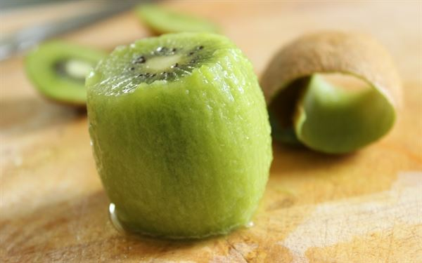3 easy steps to peel a Kiwi
