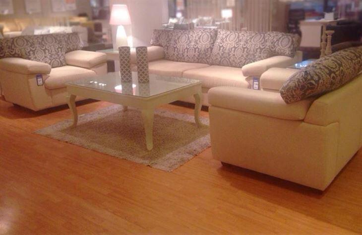 طقم كنبات / صوفا لون بني فاتح من 5 مقاعد بـ 244 دك، والطاولة في الوسط لونها بيج سعرها 55 دك