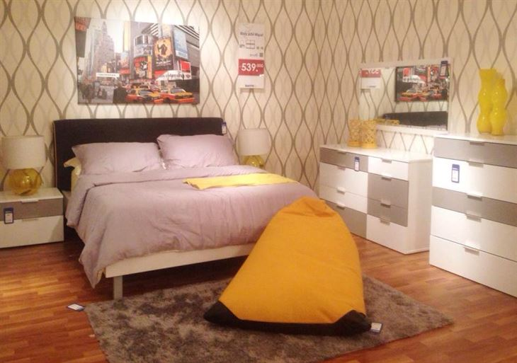 غرفة نوم تتكون من: (سرير + خزانة ملابس + طاولتين جانبيتين للسرير + تسريحة + خزانة أدراج) = 539 دك