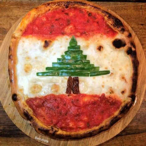 منقوشة على شكل العلم اللبناني