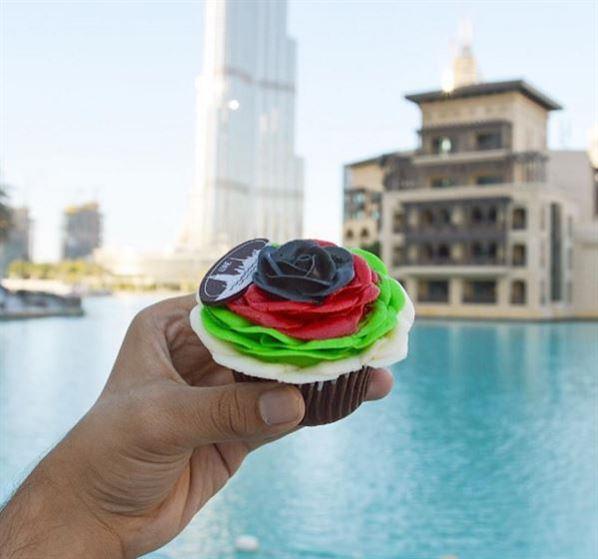 كب كيك مميزة بمناسبة العيد الوطني الاماراتي الـ 44 ... مصدر الصورة: WhereMyFoodAt