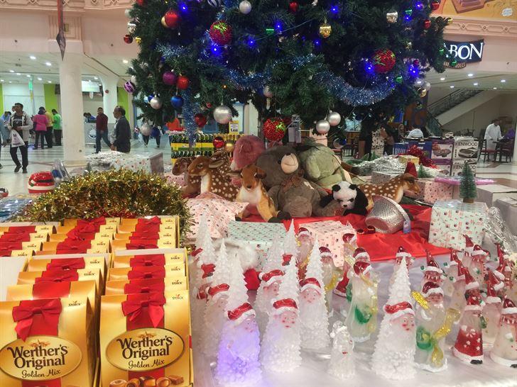 بعض الزينة والحلوى حول شجرة الميلاد