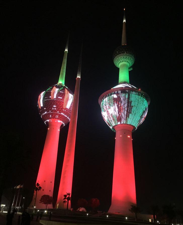 صورة ... العلم الكويتي يضيء أبراج الكويت