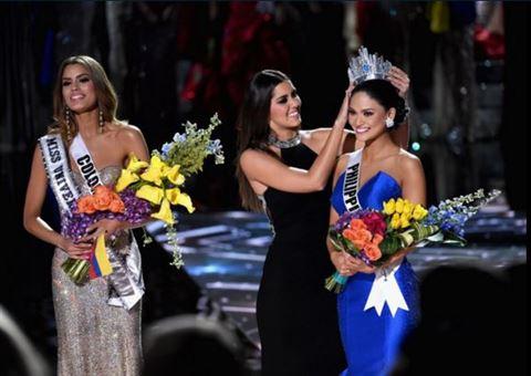 تتويج ملكة جمال الفلبين بعد انتزاع التاج من ملكة جمال كولومبيا