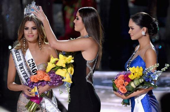 لحظة انتزاع التاج من رأس ملكة جمال كولومبيا