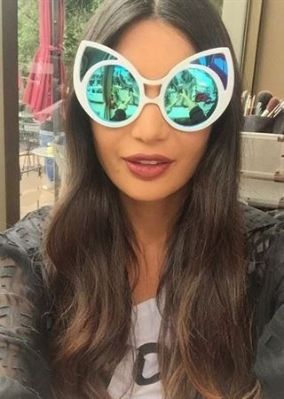صور ... خبيرة الأزياء اللبنانية أليس عبدالعزيز بأغرب النظارات الشمسية