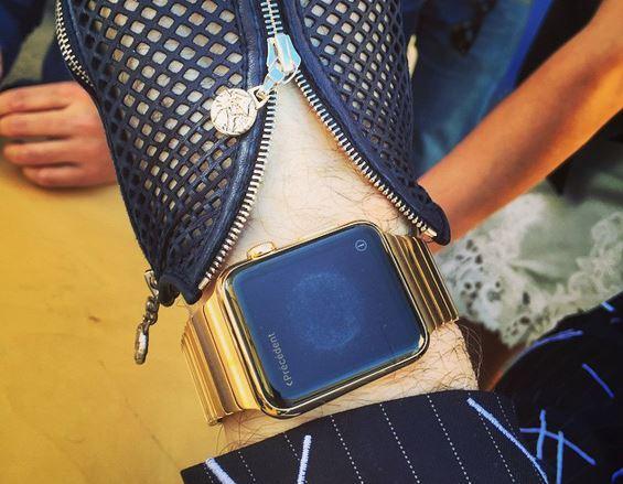 ساعة أبل ذهبية ذكية مصممة خصيصا لكارل لاغرفيلد
