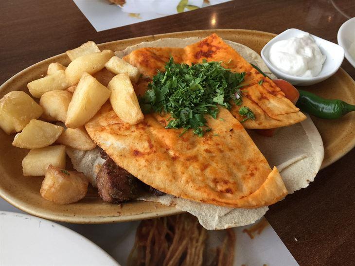 مشاوي مشكلة مع قطع البطاطا المقلية والخبز الحار