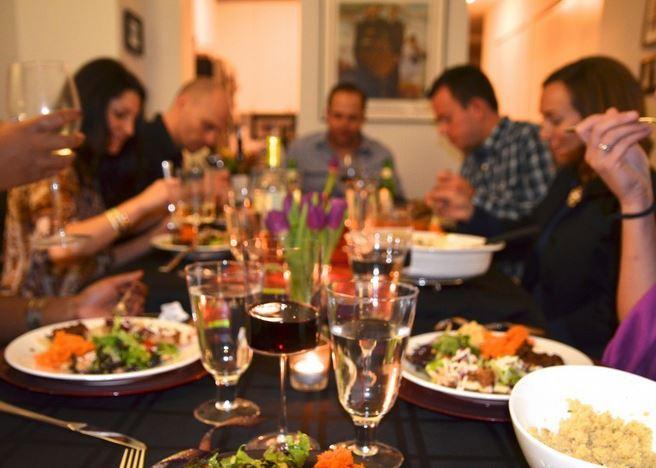 حفل عشاء مع المعارف والأصدقاء