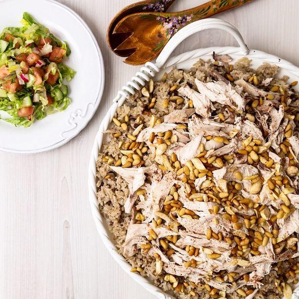 أرز باللبن مع الدجاج والمكسرات والسلطة