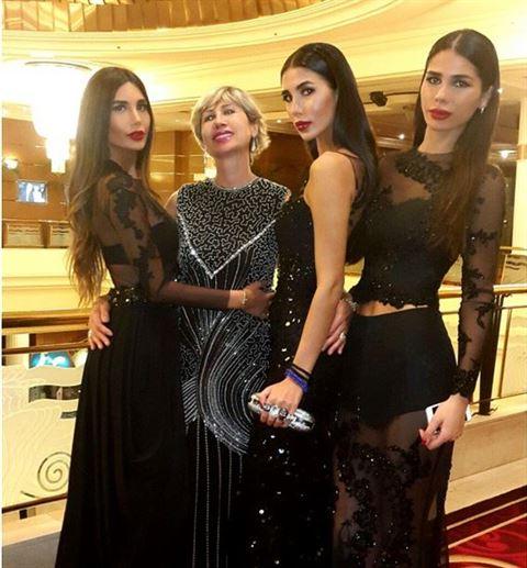 الأخوات عبدالعزيز مع والدتهن
