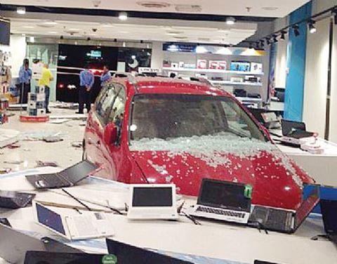سيارة تخلف اضرار كبيرة في معرض اكس سايت الغانم