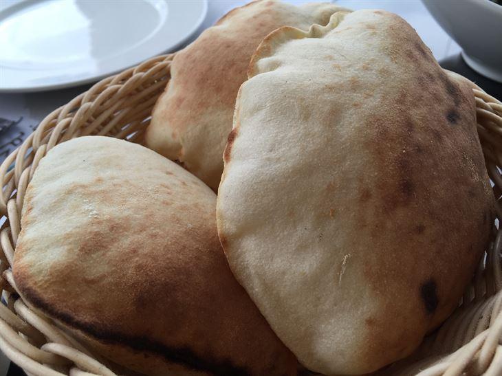 خبز طازج وساخن