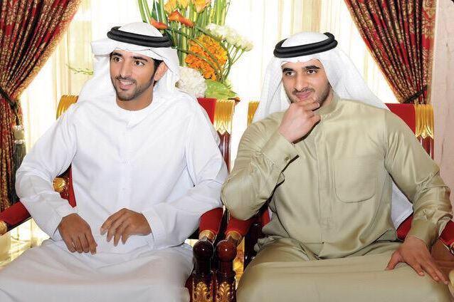 الشيخ راشد بن محمد بن راشد آل مكتوم على اليمين وشقيقه فزاع الى جانبه