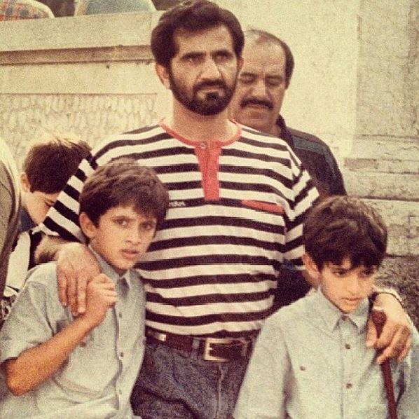 صورة للشيخ راشد وفزاع مع والدهما أيام الطفولة