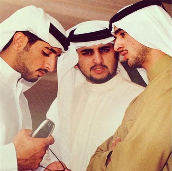 الشيخ راشد على اليمين وفزاع على اليسار