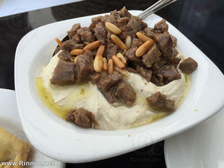 حمص باللحمة والصنوبر