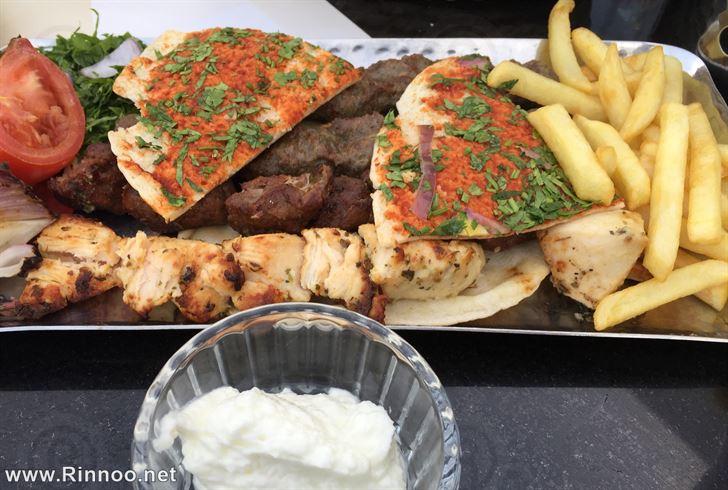 كباب ولحمة وشيش طاووق مع بطاطا مقلية