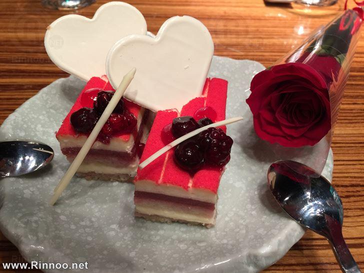 قطع كيك وورد احمر تقدمة ساكورا بمناسبة عيد الحب