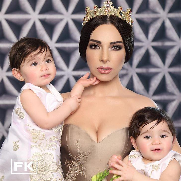 ساشا دحدوح مع بناتها التوأم