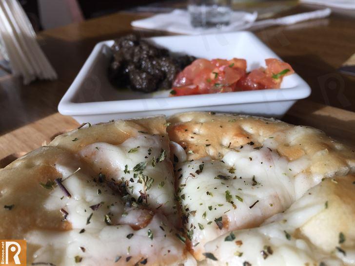خبز بالجبنة مع الطماطم والزيتون المهروس