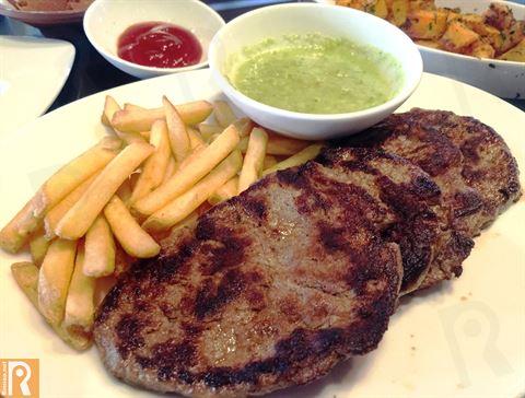شرائح اللحم مع البطاطا المقلية