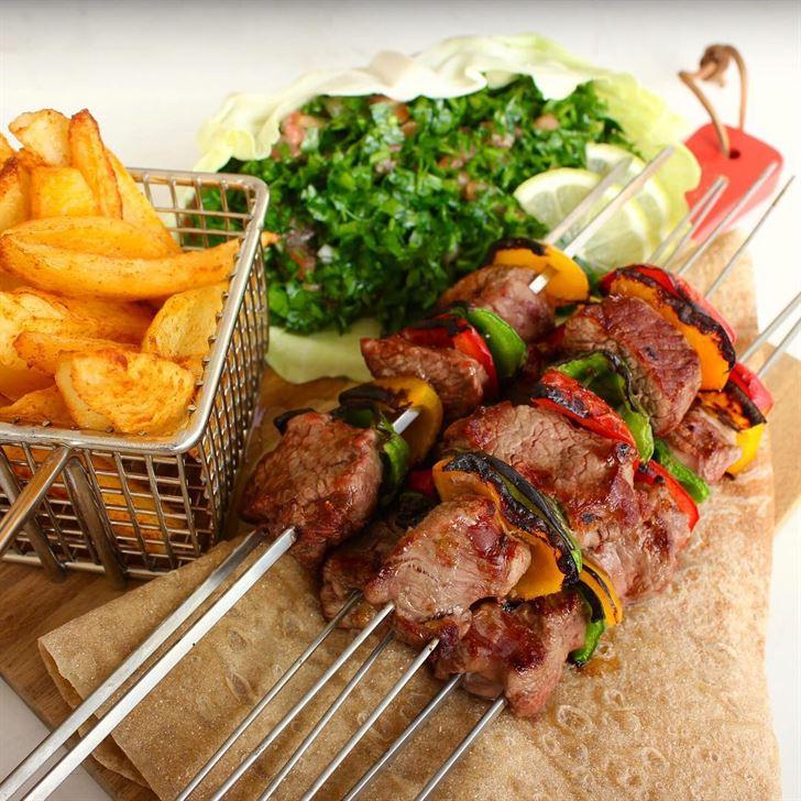 لحم مشوي مع بطاطا وتبولة