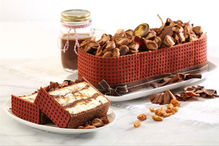 سنيكرز جيلاتو كيك ... يتميز بنكهة شوكولاتة السنيكرز