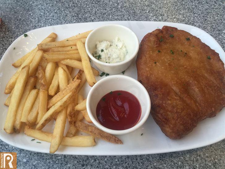 سمك مقلي مع البطاطا المقلية