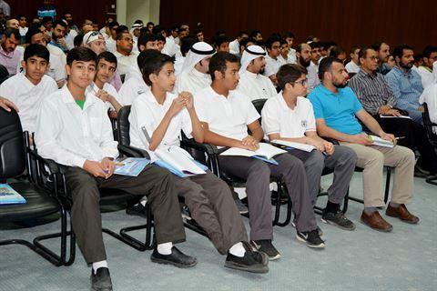 الطلاب الحضور خلال اللقاء التنويري
