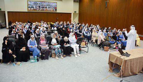 د. محمد الصفار يشرح لمعلمات وطالبات المرحلتين المتوسطة والثانوية فكرة المسابقة وشروط المشاركة في المسابقة