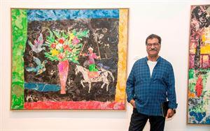 محمد عبلة أمام إحدى لوحاته في المعرض الأول لافتتاح طبري آرت سبيس
