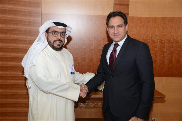 """السيد حبيب حنا، المدير التنفيذي لمنطقة الشرق الأوسط في شركة """"ديبولد نيكسدورف"""" (يمين)،  السيد شاهين حمد الغانم، الرئيس التنفيذي في بنك وربة (يسار)"""