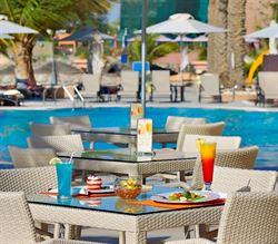 بار ومطعم لا بيسين La Piscine في فندق شاطىء الراحة
