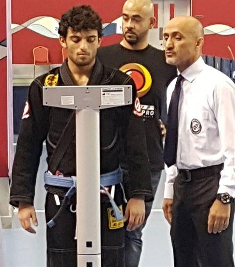 محمد الماجد اثناء الميزان لبطولة البحرين الدولية للجوجيتسو