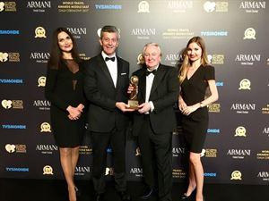 نيمو أسيموفيتش مدير عام فندق ميلينيوم بلازا يتسلم الجائزة  في حفل جوائز السفر العالمية