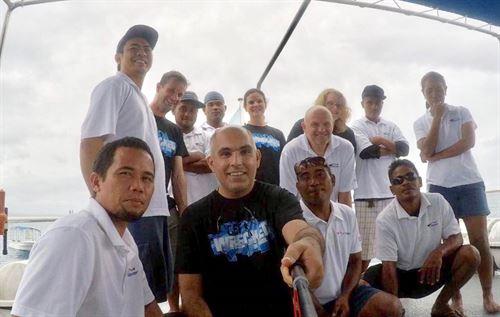 الكابتن مشاري الخباز والتقاط صورة سيلفي تذكارية مع مجموعة من الغواصين في الجزيرة بعد انتهاء الرحلة