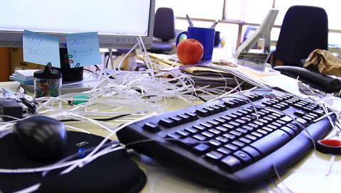 المكتب الفوضوي يؤثر سلبا على إنتاجيتك ... إليك الحل!