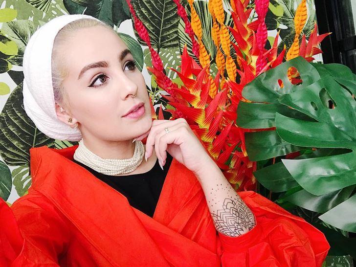 Kuwaiti Fashionista Ascia in a new Blonde Look