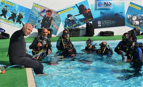 جانب من احدى دورات اعداد مدربين (بادي) التي عقدت بمركز النادي العلمي للسباحة والغوص